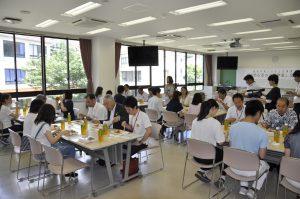 式終了後、出席者全員で昼食会を行いました